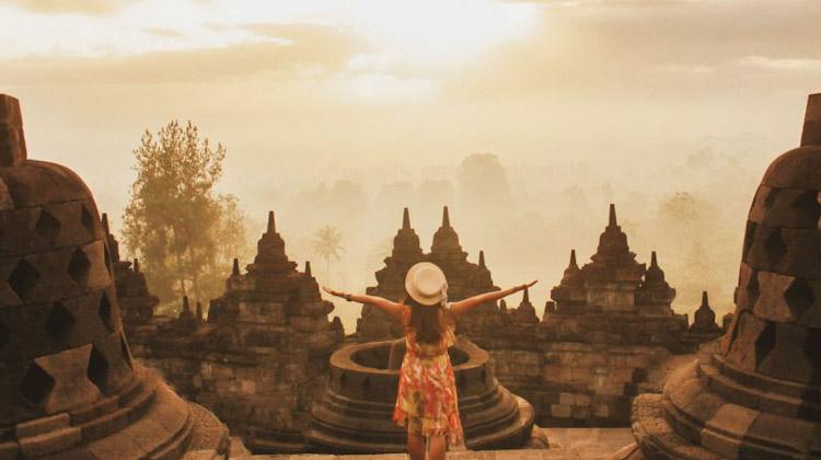 Menyambut Sunrise Di Puncak Candi Borobudur